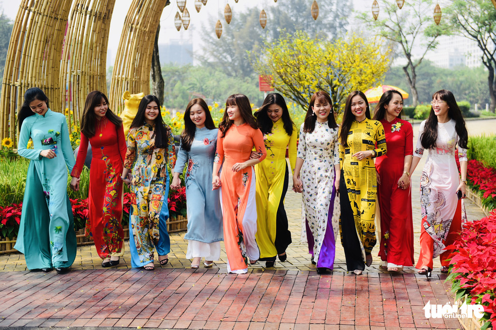 A group of women don 'ao dai', the traditional long gown of Vietnam, at the spring flower festival in Phu My Hung, District 7, Ho Chi Minh City. Photo: Quang Dinh / Tuoi Tre