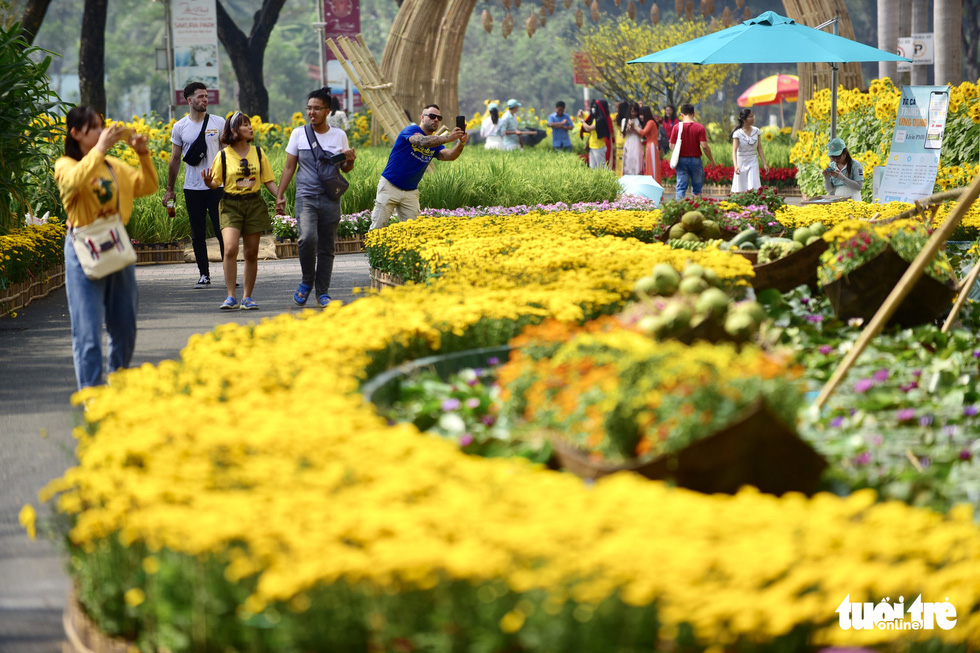 People visit the spring flower festival in Phu My Hung, District 7, Ho Chi Minh City. Photo: Quang Dinh / Tuoi Tre