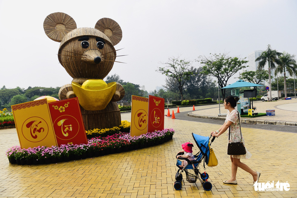 A giant rat statue is erected at the spring flower festival in Phu My Hung, District 7, Ho Chi Minh City. Photo: Quang Dinh / Tuoi Tre
