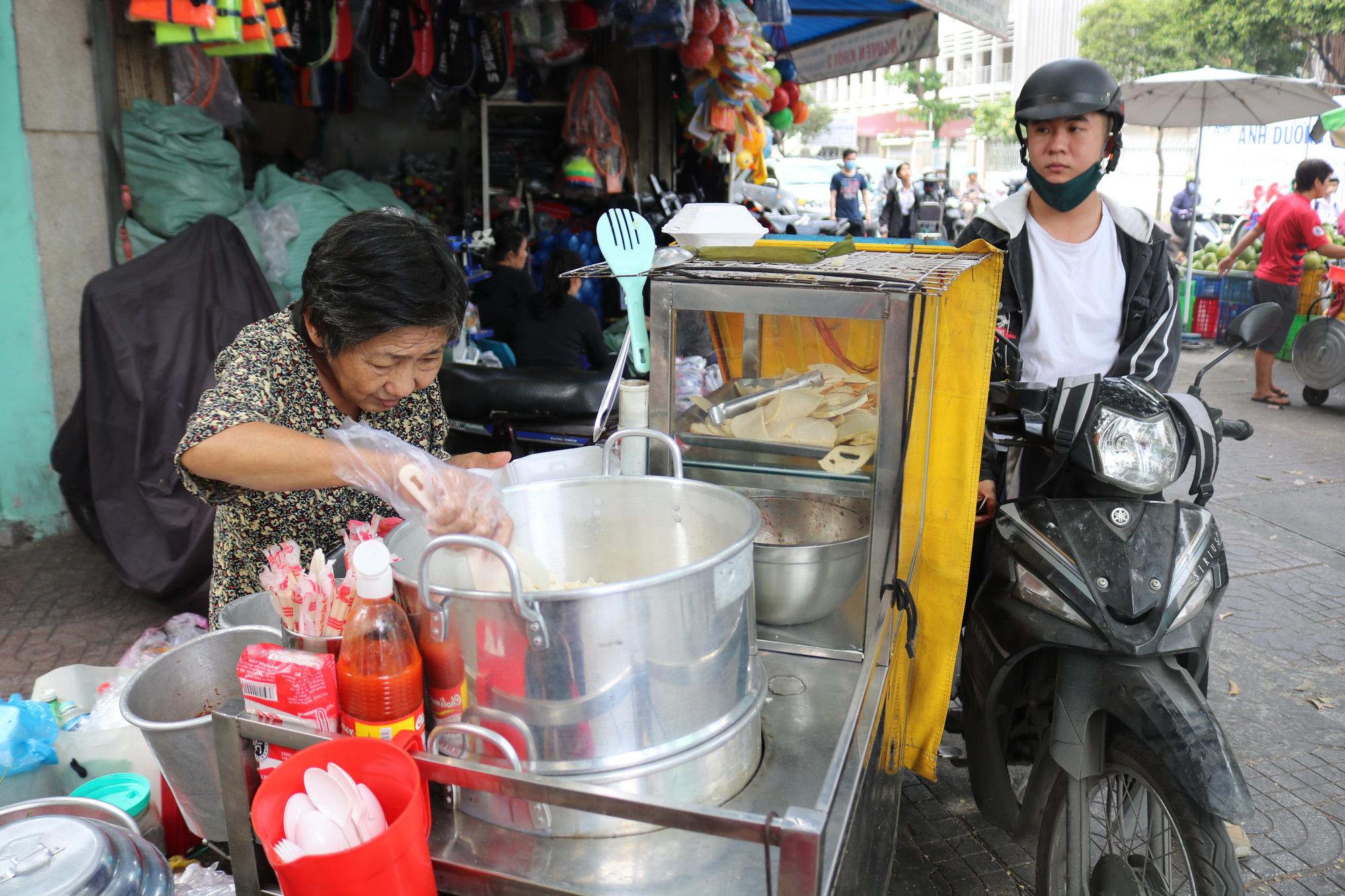Nguyen Thi Huynh prepares sticky rice for a customer. Photo: Ngoc Phuong / Tuoi Tre