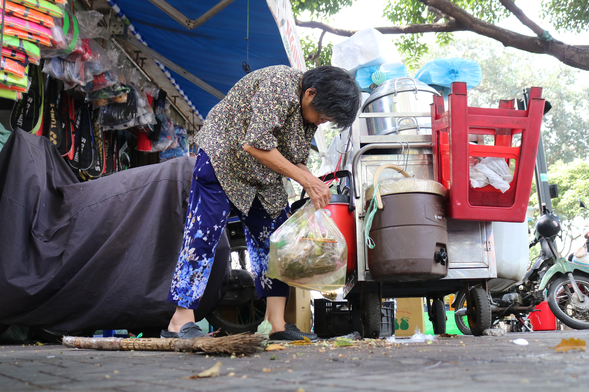 Nguyen Thi Huynh parks her sticky rice vendor cart at the corner of Nguyen Trai and Tan Da Streets in District 5, Ho Chi Minh City. Photo: Ngoc Phuong / Tuoi Tre