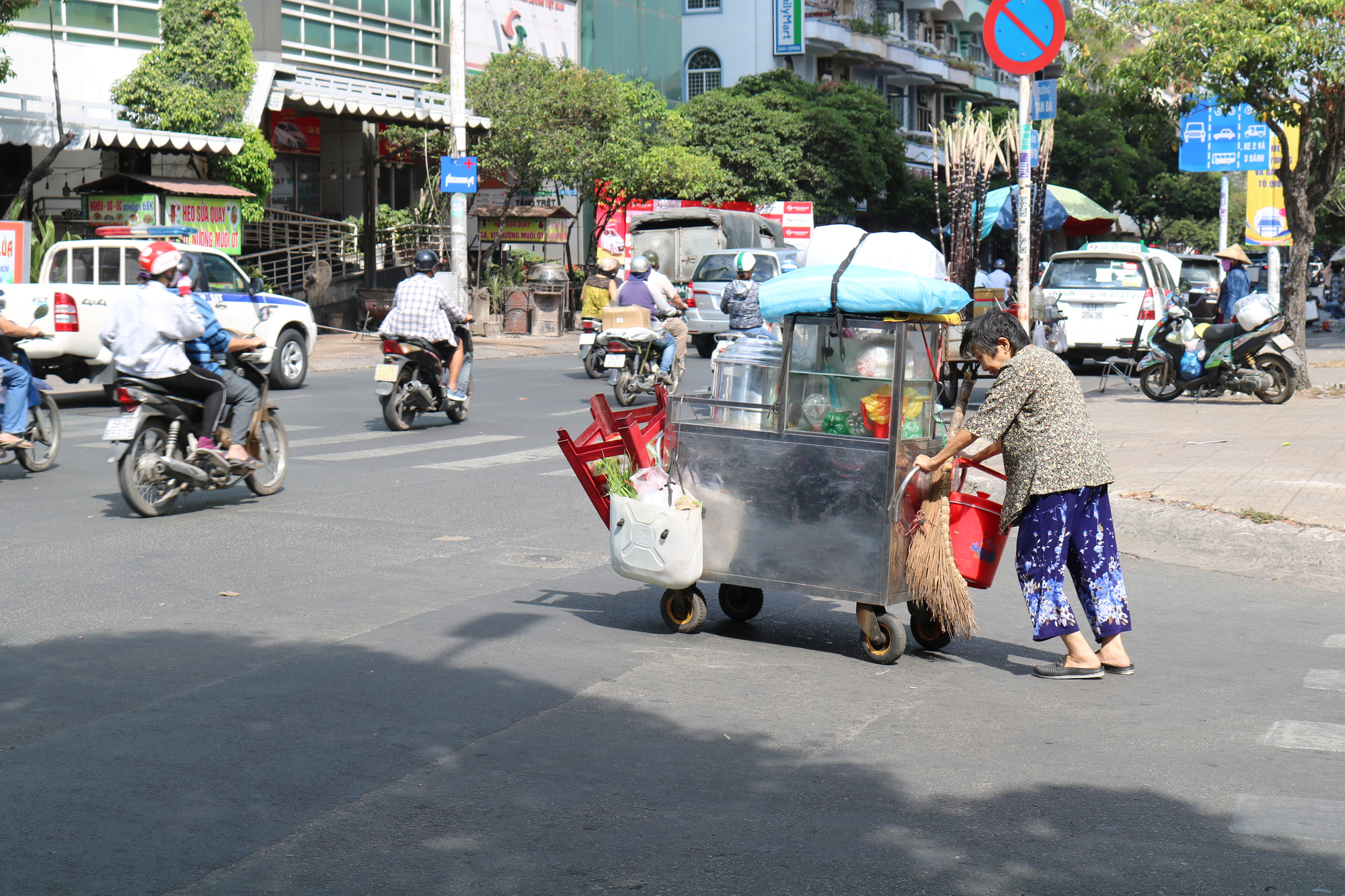 Nguyen Thi Huynh pushes her sticky rice vendor cart on a street in Ho Chi Minh City. Photo: Ngoc Phuong / Tuoi Tre