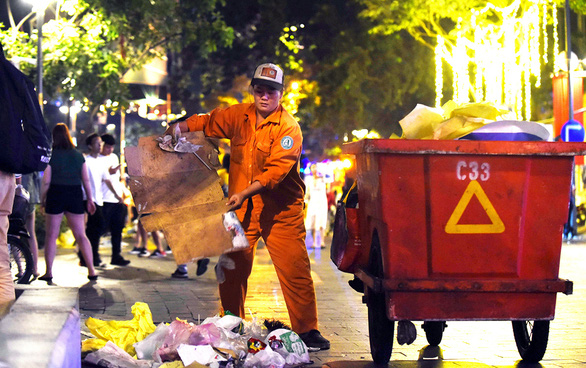 Nguyen Thi Thanh Van has 28 years of experience in cleaning the street in Ho Chi Minh City. Photo: Duyen Phan / Tuoi Tre