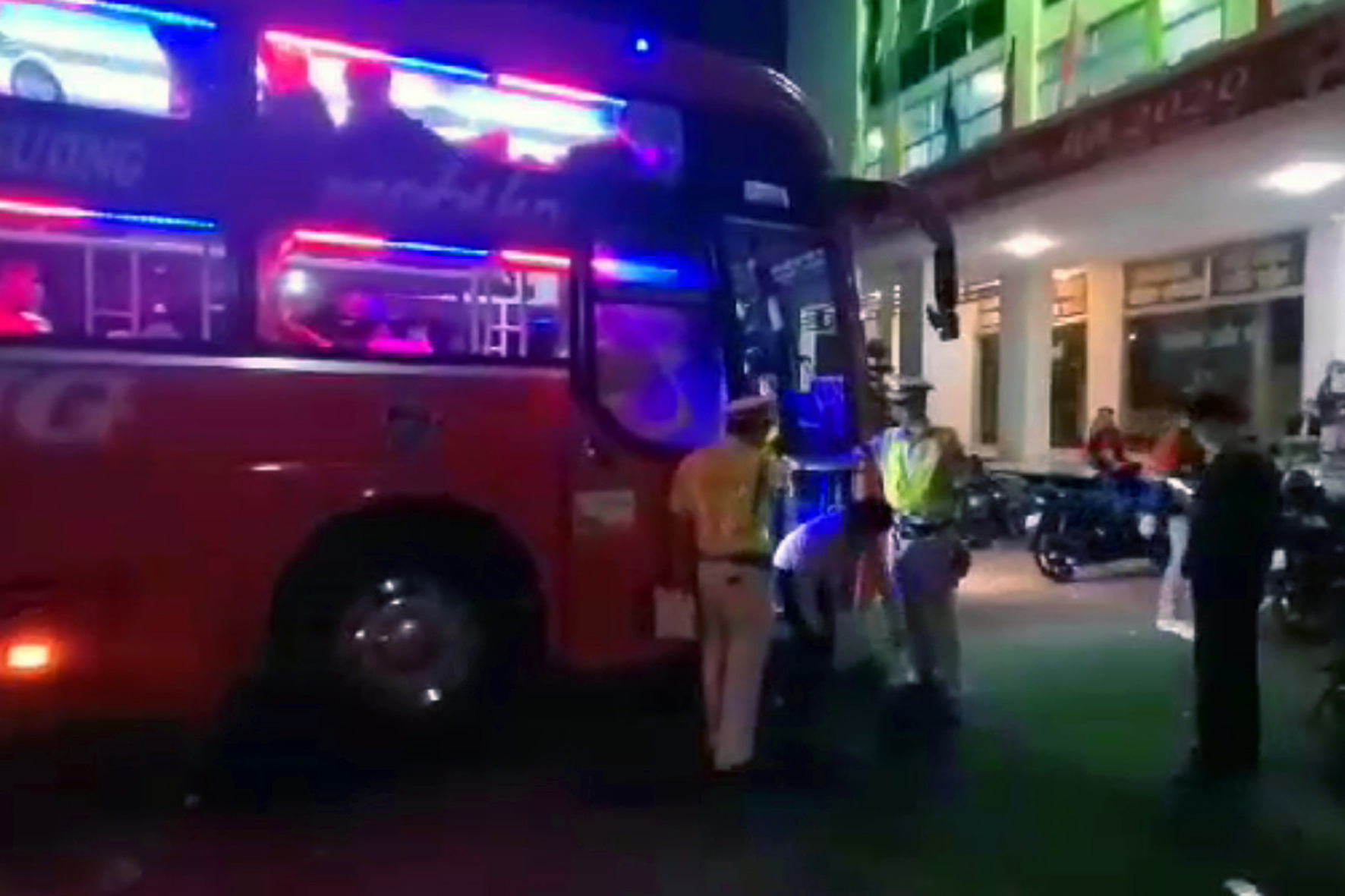 A passenger bus packed with people is caught by traffic police officers in Dong Nai Province, Vietnam, January 19, 2020. Photo: B.A. / Tuoi Tre