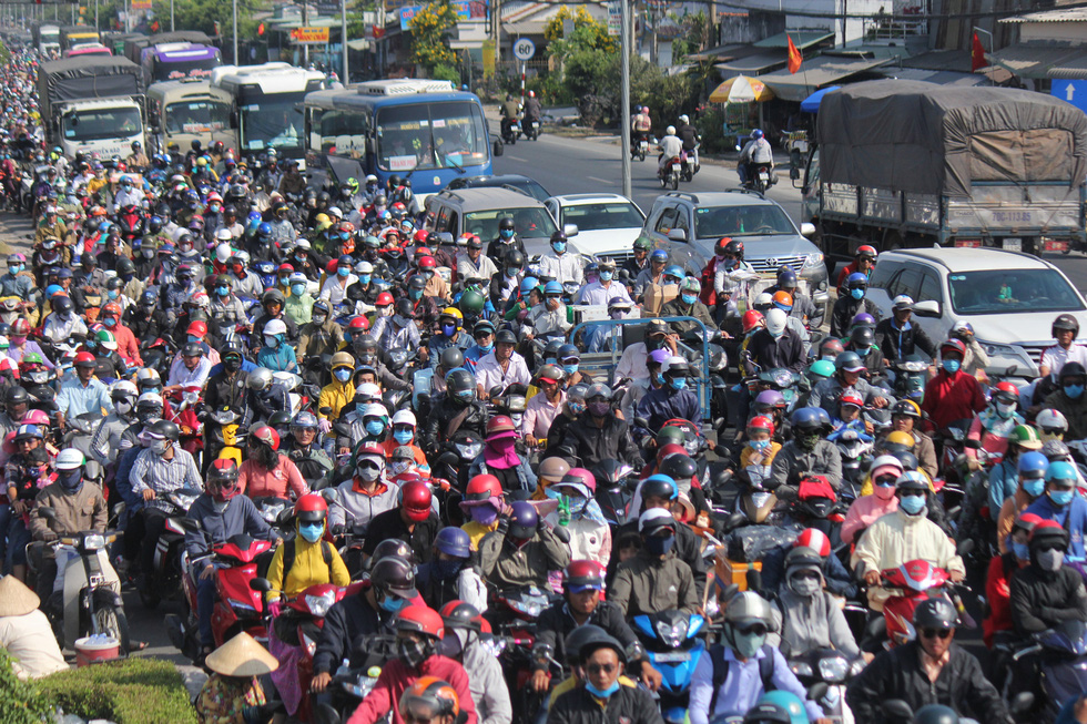 Vehicles swarm a road leading to the Mekong Delta on January 22, 2020. Photo: Mau Truong / Tuoi Tre
