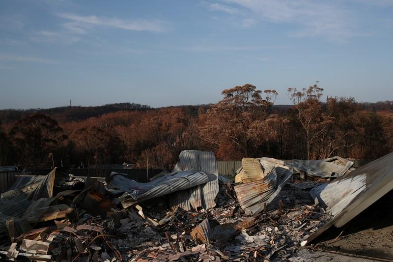 Aircraft fighting Australia bushfires loses contact, may have crashed