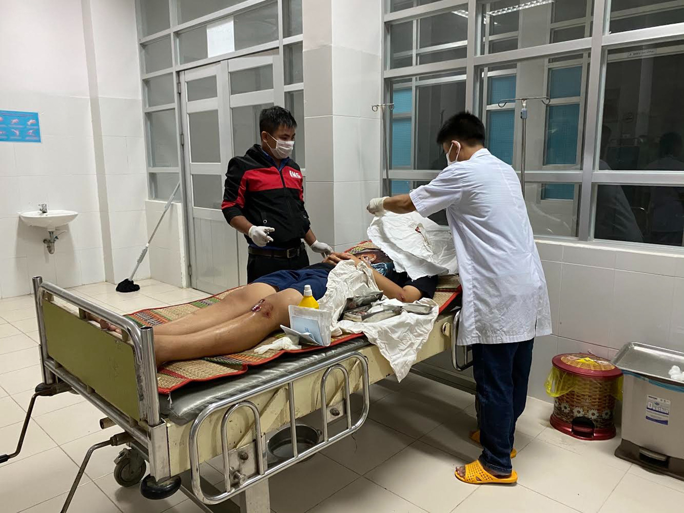 A victim of a passenger bus accident is treated at a medical center in Tuy An District, Phu Yen Province, Vietnam on January 26, 2020. Photo: Pham Thanh / Tuoi Tre