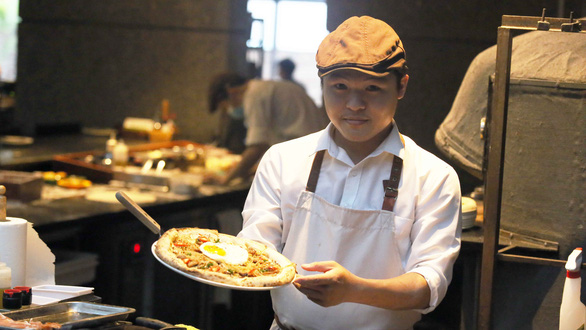 Chef Bui The Vinh who develops cơm tấm pizza at Pizza 4P's. Photo: Tuoi Tre/ Gia Tien