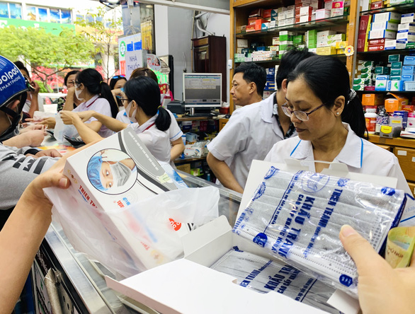 People come to buy medical face masks at a pharmacy in Ho Chi Minh City's District 4. Photo: Tuoi Tre/ Tu Trung