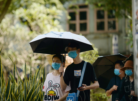 Walkers wear face mask outdoor in Ho Chi Minh City. Photo: Tuoi Tre/ Tu Trung