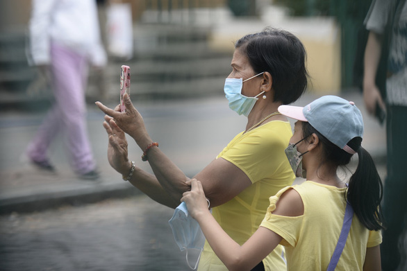 A woman and a child are seen wearing face mask on the street in Ho Chi Minh City. Photo: Tuoi Tre/ Tu Trung