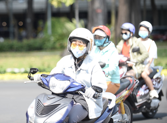 Commuters travel with face mask on in Ho Chi Minh City. Photo: Tuoi Tre/ Tu Trung