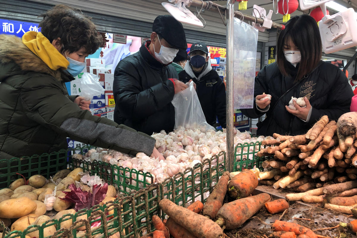 People wearing face masks select vegetables at a supermarket, as the country is hit by an outbreak of the new coronavirus, in Beijing, China January 26, 2020. Photo: Reuters
