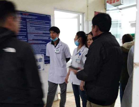 Medical staffs are seen at Huong Hoa District's medical center where H. and her children was hospitalized after being allegedly shot on January 26. Photo: Tuoi Tre/ H.T