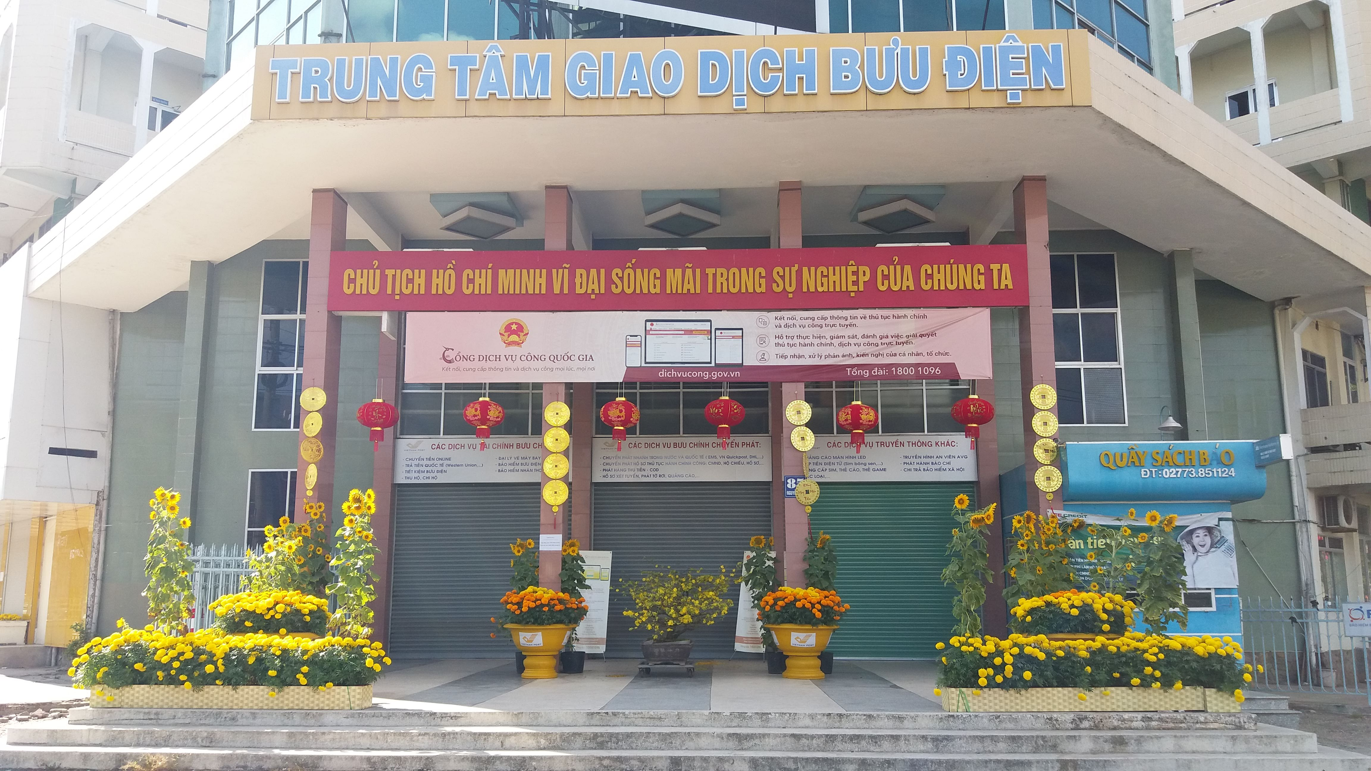 Tet flowers at the post office in Cao Lanh City, Dong Thap Province, southern Vietnam. Photo: Viet Toan / Tuoi Tre News