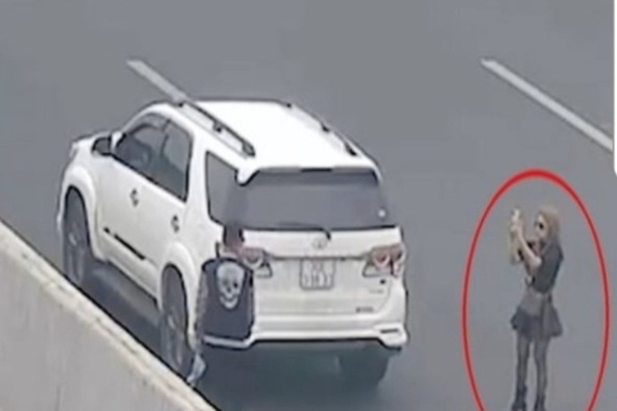 Vietnamese woman fined for stopping car on expressway to take photo
