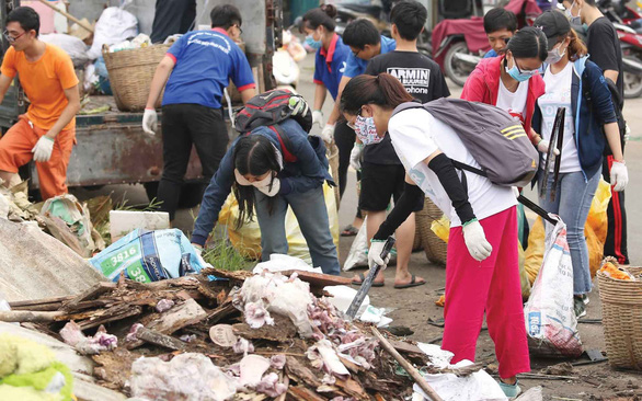 Volunteers clear up tons of litter at Ho Chi Minh City university campus