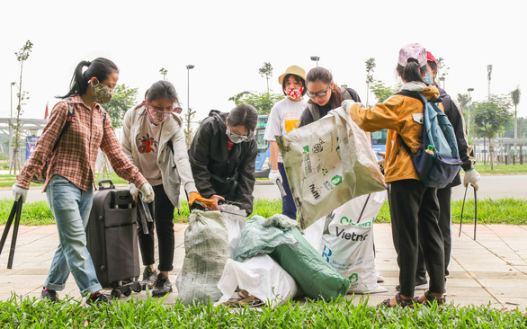 Young people collect trash at the campus of Vietnam National University-Ho Chi Minh City in Thu Duc District, Ho Chi Minh City. Photo: Trieu Van / Tuoi Tre