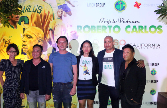 Brazilian retired professionalfootballer Roberto Carlos (2nd right) attends a press conference in Ho Chi Minh City. Photo: Nguyen Khoi / Tuoi Tre