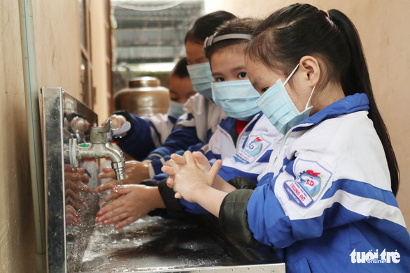 Primary students wash their hands during school in the north-central province of Nghe An on February 5, 2020. Photo: Doan Hoa / Tuoi Tre