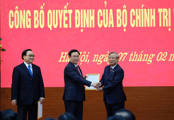 <em>Vietnam\'s Deputy Prime Minister Vuong Dinh Hue (C) shakes hands with Tran Quoc Vuong, Executive Secretary of the Communist Party of Vietnam, at the appointment ceremony in Hanoi on February 7, 2020. Photo:</em> Nam Tran