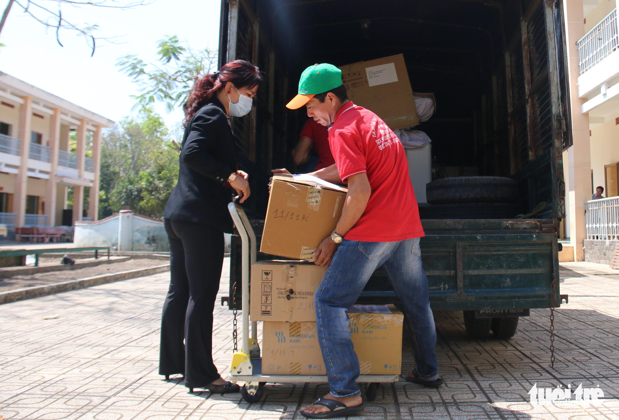 Medical supplies and devices are transported to the infirmary. Photo: Ngoc Hien / Tuoi Tre
