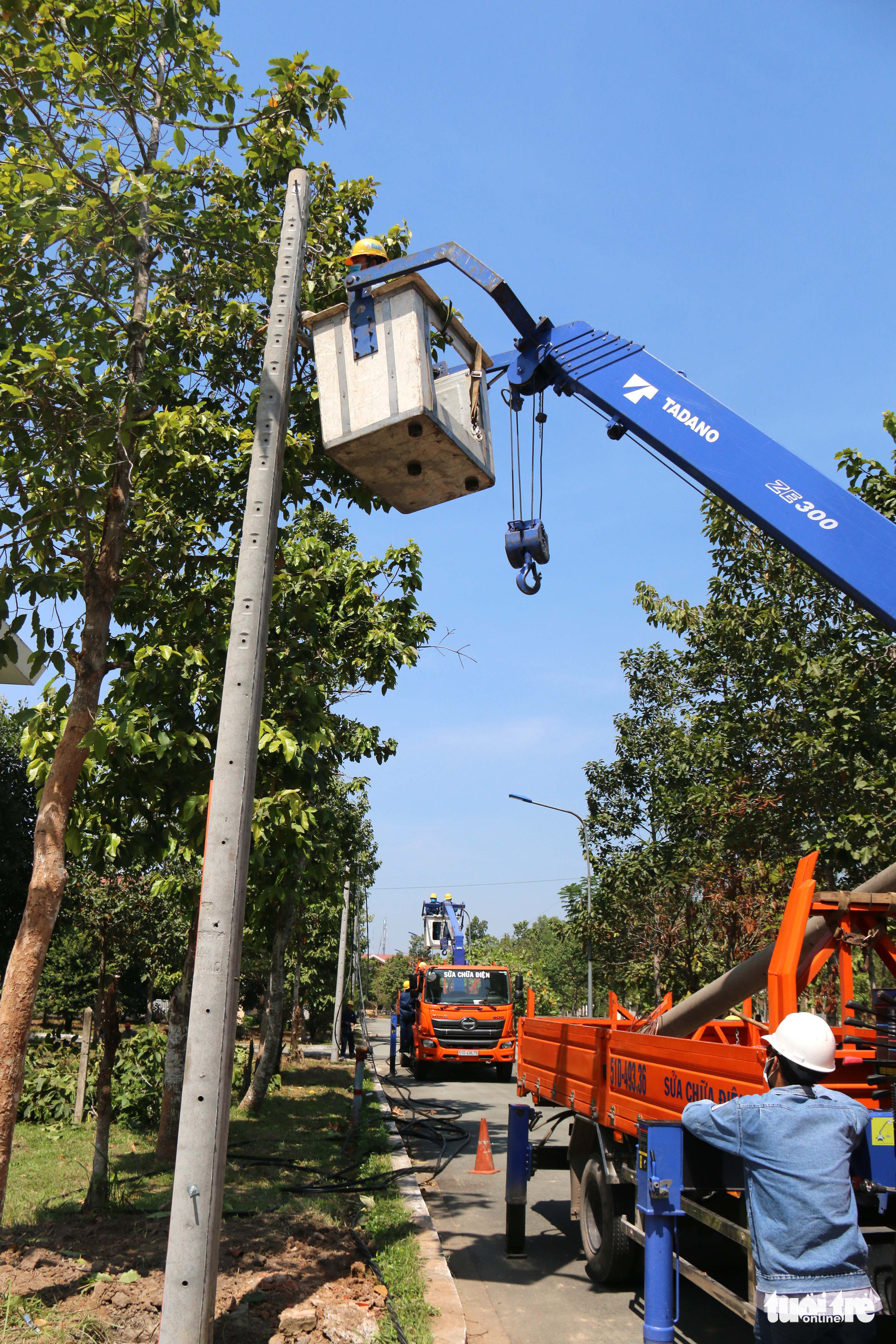 Utility poles are planted to ensure sufficient power supply for the hospital. Photo: Ngoc Hien / Tuoi Tre