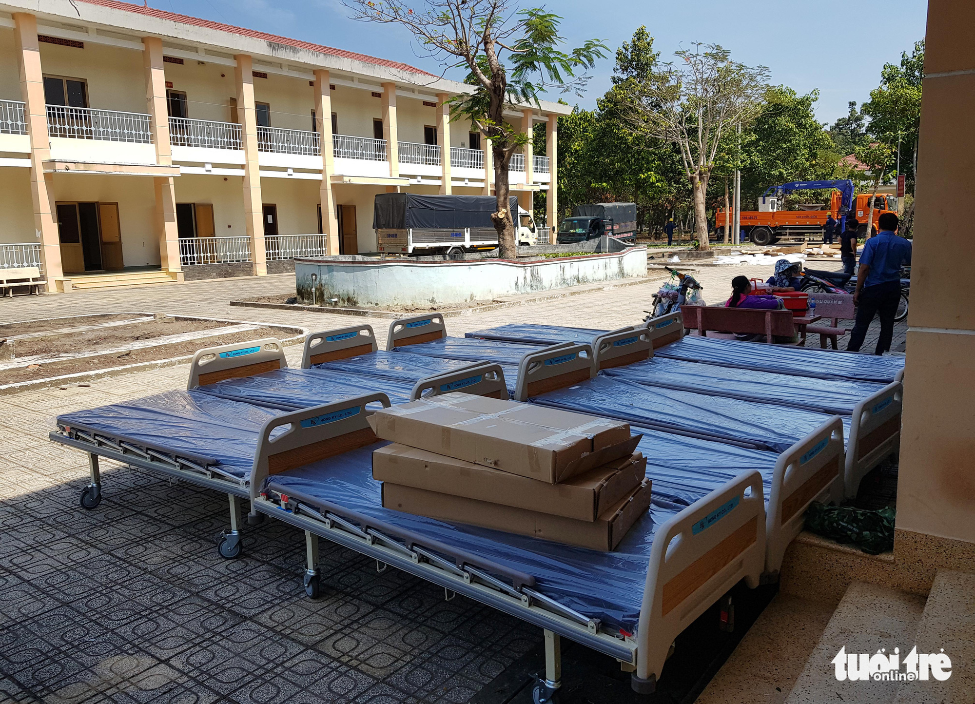 Beds are brought to the makeshift hospital in Cu Chi District on February 8, 2020. Photo: Ngoc Hien / Tuoi Tre
