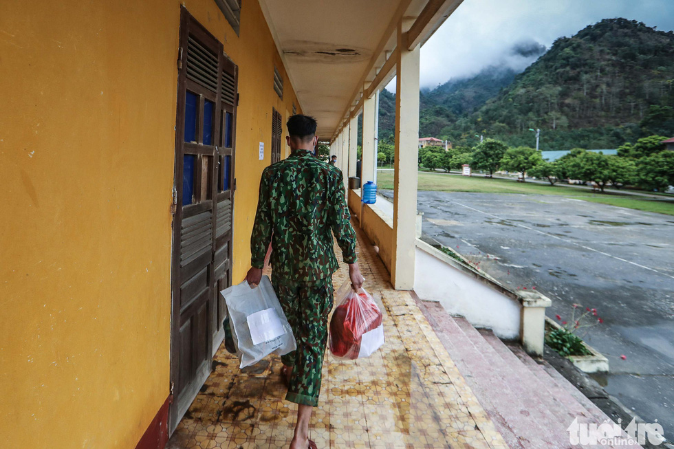 Military staff deliver gifts from families to people in quarantine at the Military School of Lao Cai Province in northern Vietnam. Photo: Nguyen Khanh / Tuoi Tre