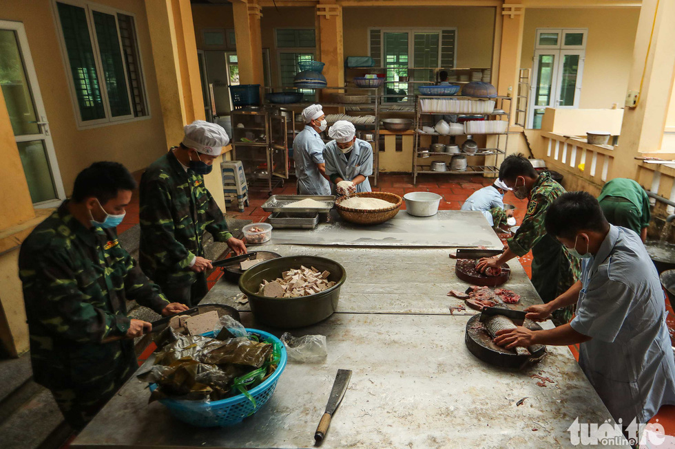 Military staff prepare a diner for people in quarantine at the Military School of Lao Cai Province in northern Vietnam. Photo: Nguyen Khanh / Tuoi Tre