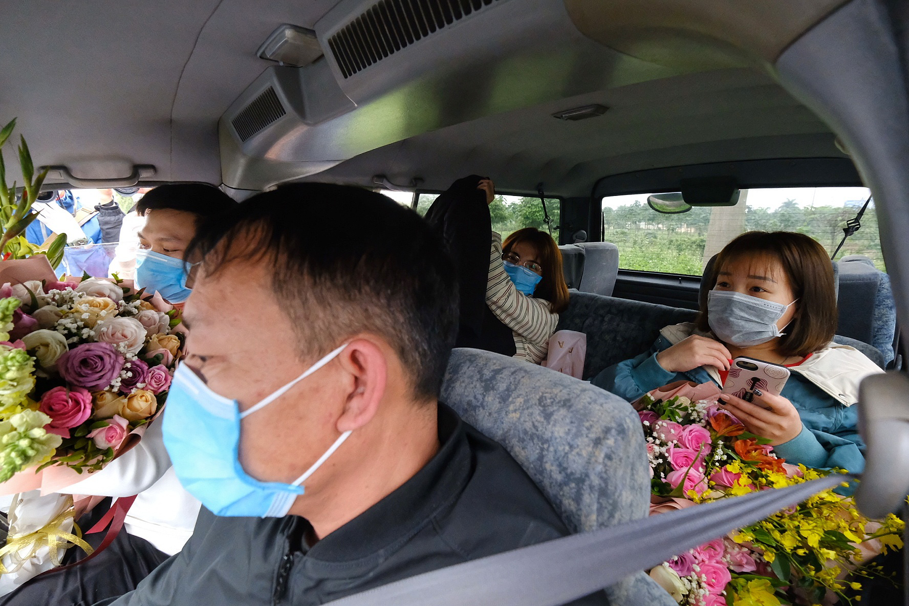 Three recovered novel coronavirus patients are taken to their homes in Vinh Phuc Province, Vietnam, February 10, 2020. Photo: Nam Tran / Tuoi Tre