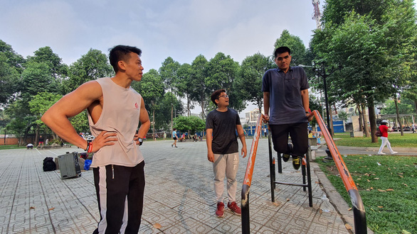 A bodybuilding club at the Flower Village Park attracts young people who are keen to stay fit and keep in good shape. Photo: Me Thuan / Tuoi Tre