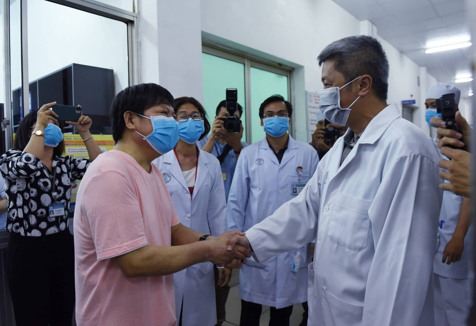 Li Ding (L) shakes hands with Vietnamese Minister of Health Nguyen Truong Son at Cho Ray Hospital in Ho Chi Minh City, Vietnam, February 12, 2020. Photo: Duyen Phan / Tuoi Tre
