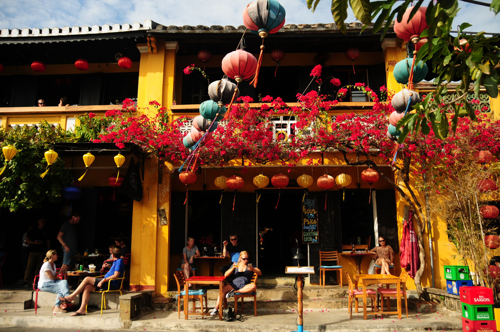 Westerners visit a café in Hoi An Ancient Town, located in the central province of Quang Nam, in February 2020. Photo: B.D. / Tuoi Tre