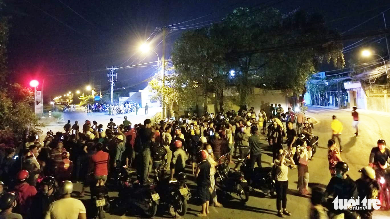Local residents gathered outside a police-sealed zone in Binh My Commune, Cu Chi District in Ho Chi Minh City on February 13, 2020. Photo: Chau Tuan / Tuoi Tre