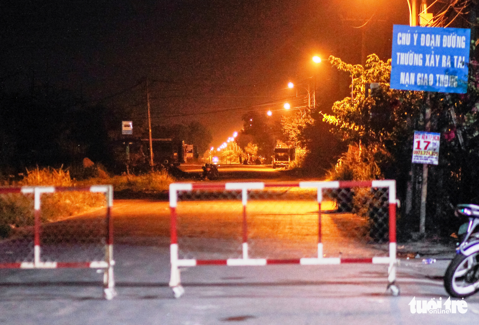 An area in Binh My Commune, Cu Chi District in Ho Chi Minh City is sealed off on February 13, 2020 to arrest murder suspect Le Quoc Tuan. Photo: Chau Tuan / Tuoi Tre