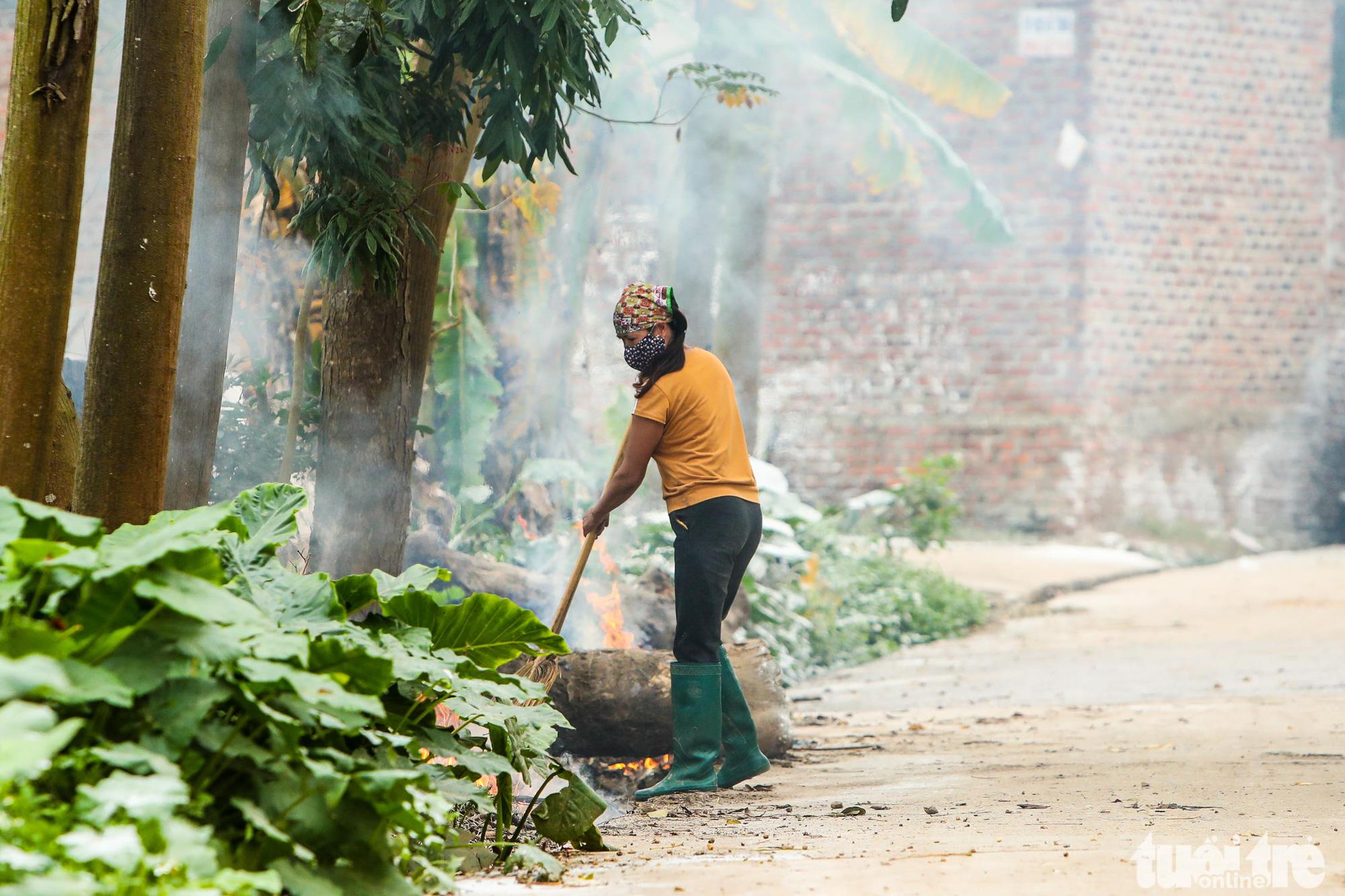 A resident burns rubbish in Ai Van village in Son Loi Commune, Binh Xuyen District, Vinh Phuc Province, Vietnam in this photo taken on February 11, 2020. Photo: Nguyen Khanh / Tuoi Tre