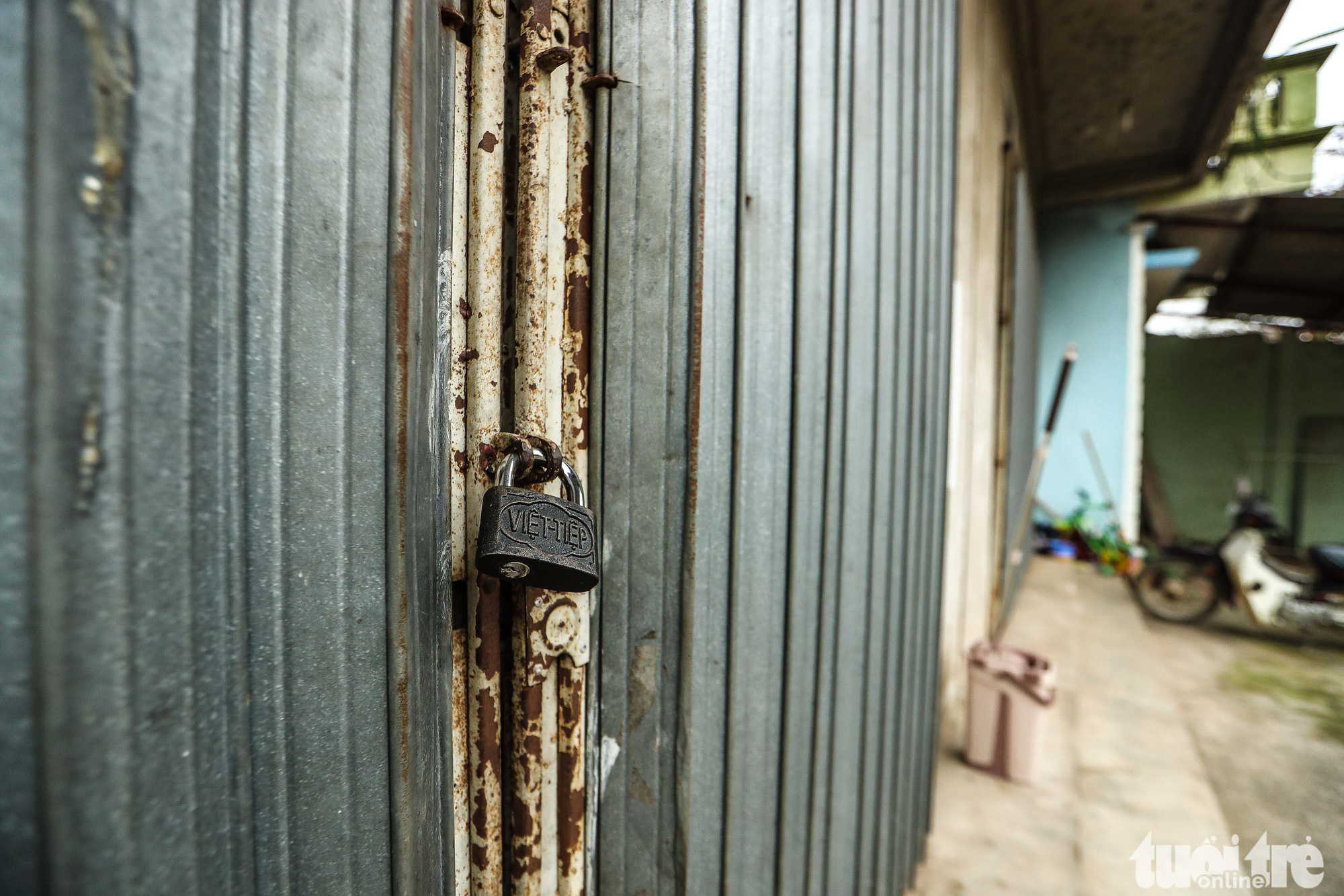 A house in Ai Van village in Son Loi Commune, Binh Xuyen District, Vinh Phuc Province, Vietnam is locked from the outside as its residents had been relocated to a quarantine zone in this photo taken on February 11, 2020. Photo: Nguyen Khanh / Tuoi Tre