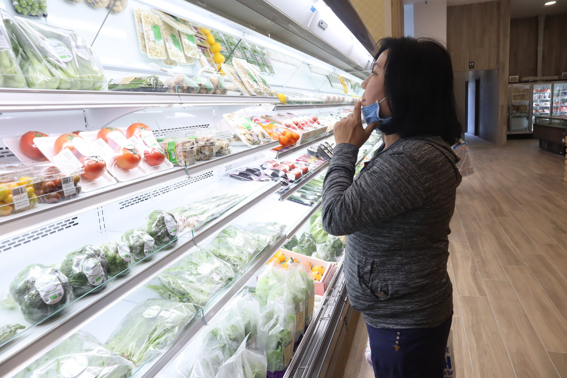 A woman shops for food at a supermarket in the Akuruhi Tower on Tran Quang Khai Street in District 1, Ho Chi Minh City, February 2020. Photo: Akuruhi