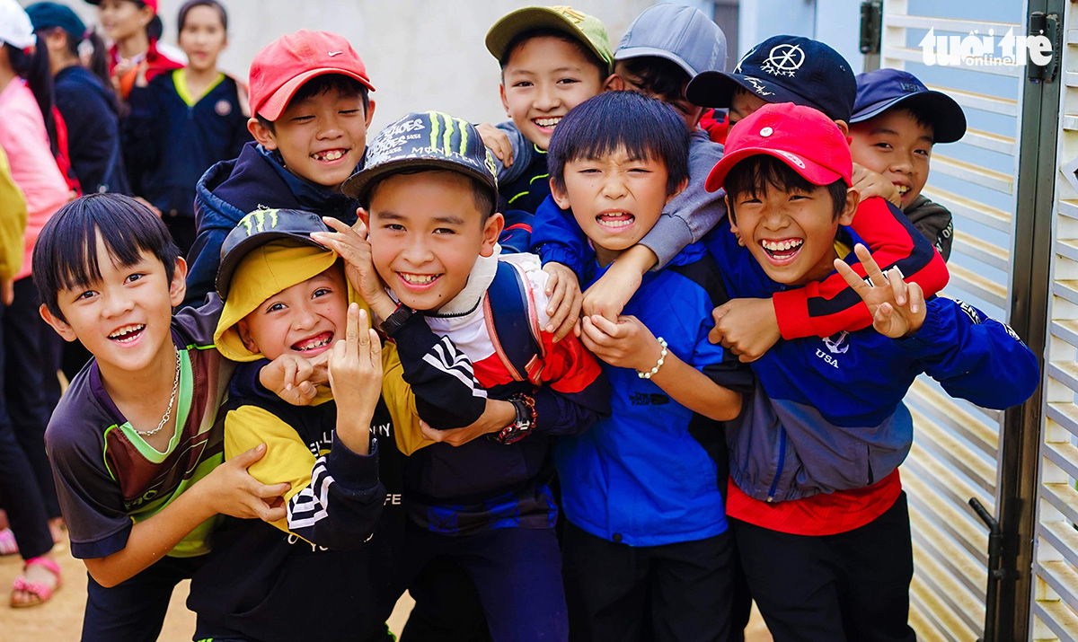 Kids who attend cancer patient Nguyen Cong Noi's classes in Dak Lak Province in the Central Highlands of Vietnam smile for the camera in this photo taken on December 24, 2019. Photo: T. A./ Tuoi Tre