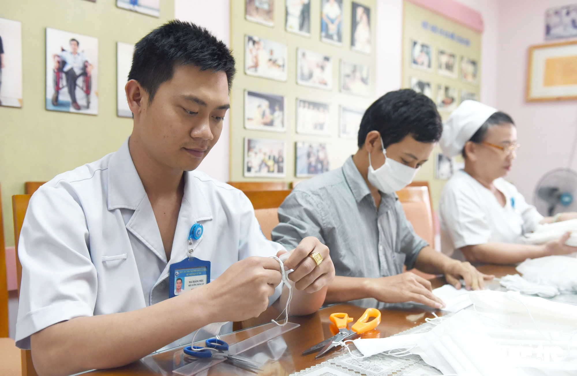Male health workers assist in the process of making face masks at Tu Du Maternity Hospital in Ho Chi Minh City, February 13, 2020. Photo: Duyen Phan / Tuoi Tre