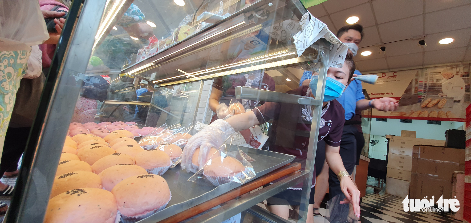 An employee is busy selling dragon fruit bread to customers at an ABC Bakery store on Nguyen Trai Street in District 5, Ho Chi Minh City, February 16, 2020. Photo: Cong Trung / Tuoi Tre