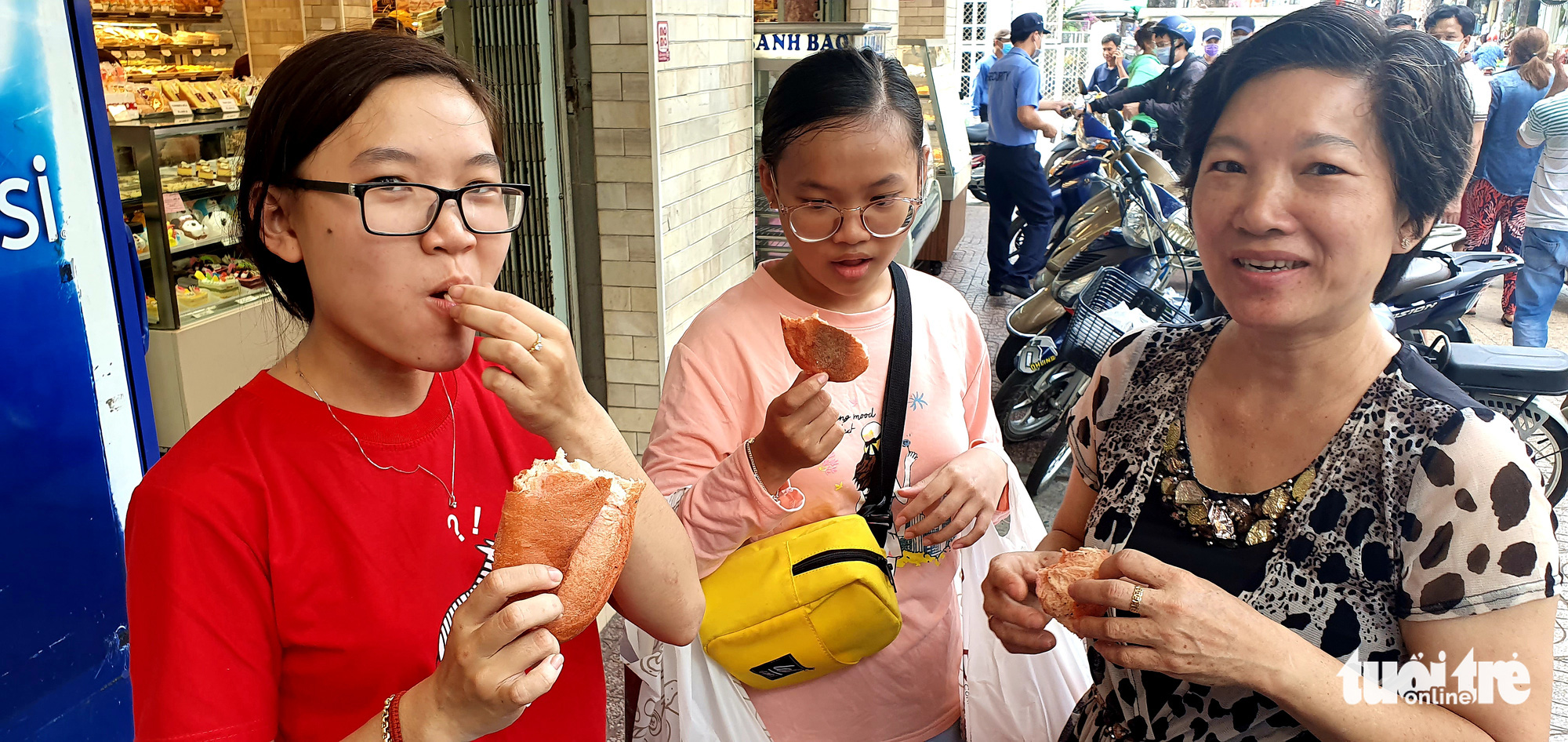 Customers react as they taste dragon fruit bread at a nABC Bakery store on Nguyen Trai Street in District 5, Ho Chi Minh City, February 16, 2020. Photo: Cong Trung / Tuoi Tre