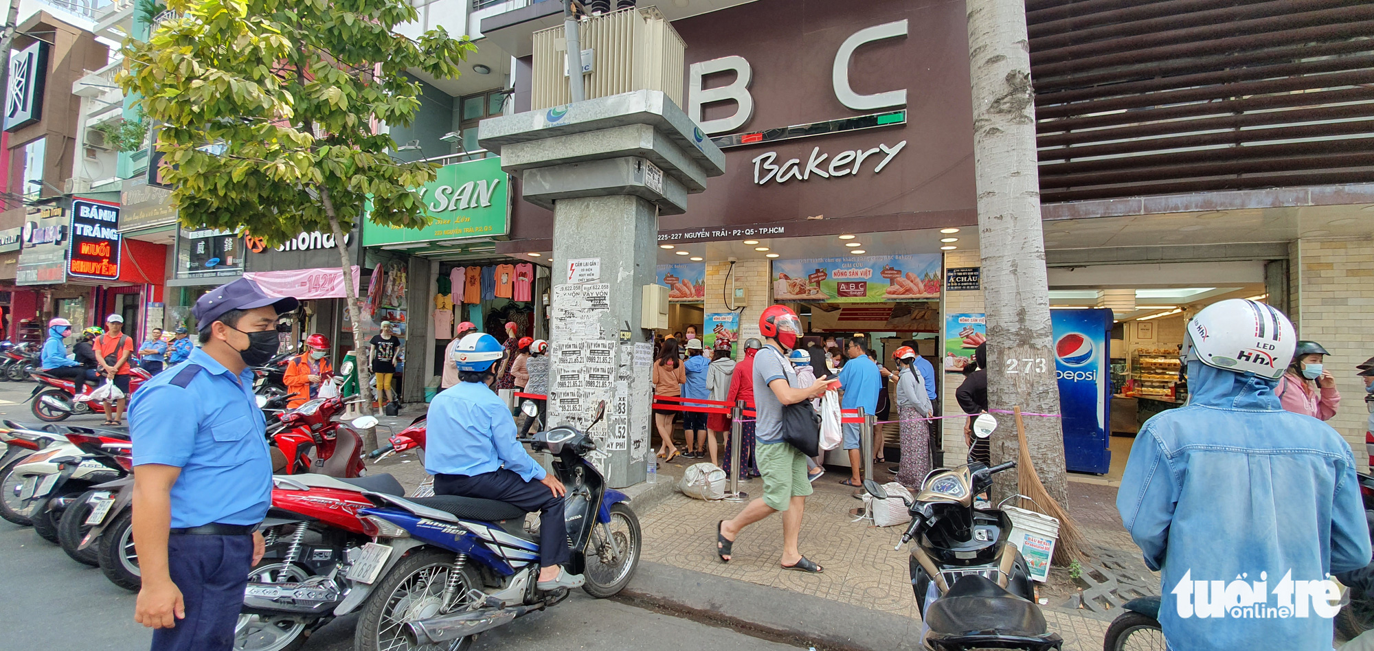 Customers queue to buy dragon fruit bread at an ABC Bakery store on Nguyen Trai Street in District 5, Ho Chi Minh City, February 16, 2020. Photo: Cong Trung / Tuoi Tre