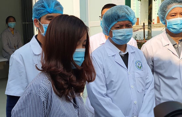 N.T.N. is discharged from a medical center in Binh Xuyen District, located in the northern province of Vinh Phuc, February 18, 2020. Photo: Thuy Anh / Tuoi Tre