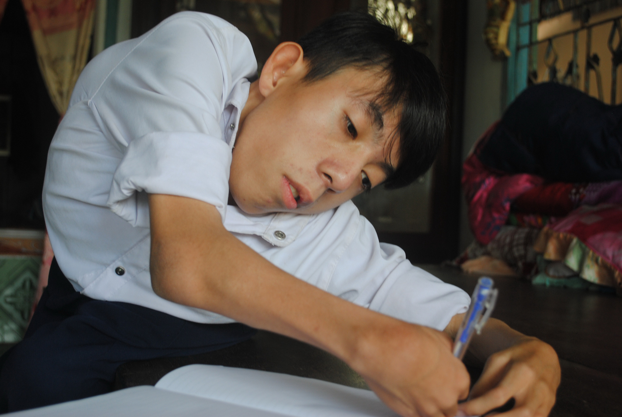 Vo Ngoc Deo works on a homework assignment in Lap Vo District, Dong Thap Province, Vietnam. Photo: T.N. / Tuoi Tre