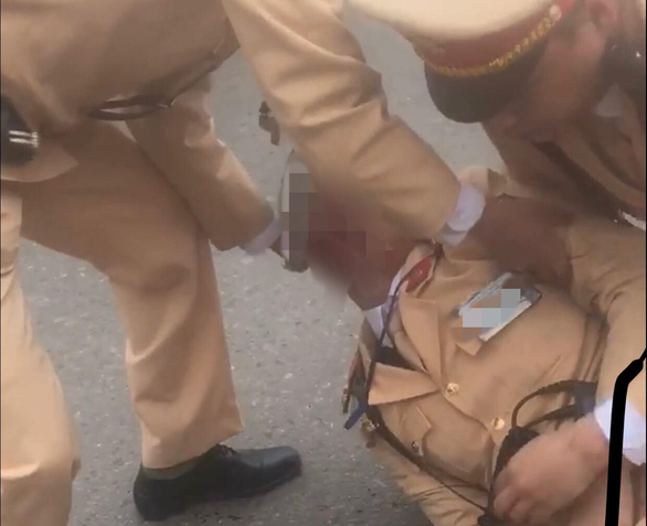 Couple runs red light, knocks down policeman in Hanoi