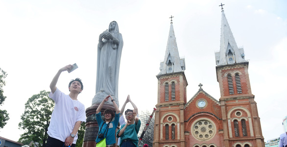 Tourists visit the Notre-Dame Cathedral Basilica of Saigon in Ho Chi Minh City, February 17, 2020. Photo: Quang Dinh / Tuoi Tre