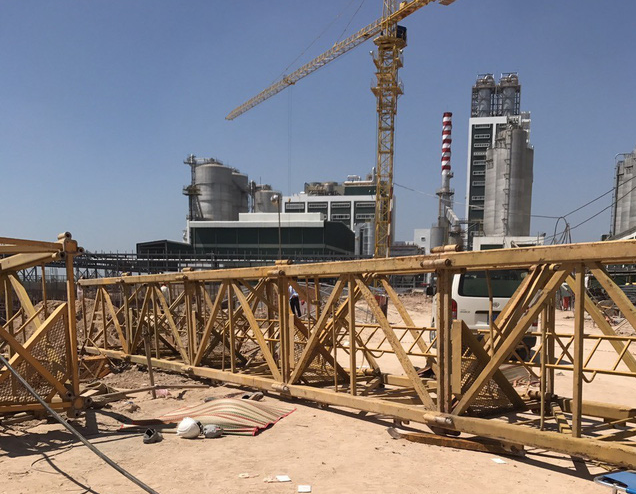 Part of the crane is on the ground following the incident in Binh Duong Province on February 22, 2020. Photo: Ba Son / Tuoi Tre
