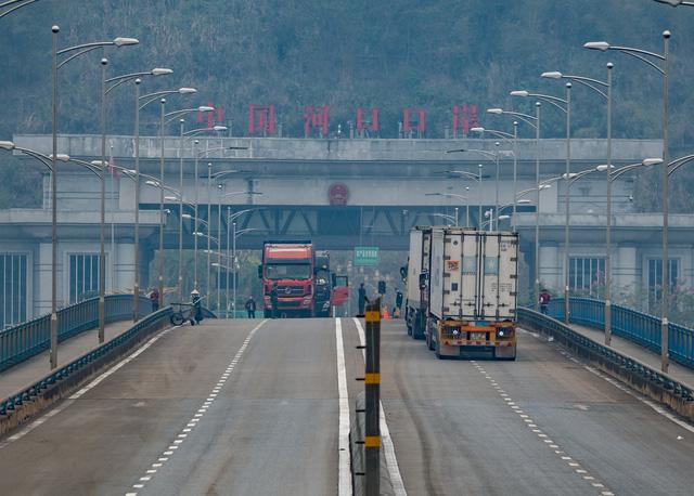 Trucks travel between Kim Thanh and Hekou Border Gates.